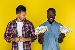 um homem segurando dinheiro