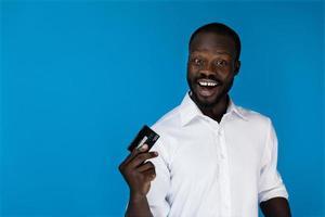 homem sorridente com um cartão de crédito