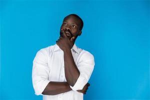 homem africano pensando