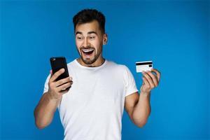 homem comprando algo online foto