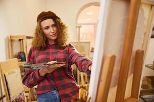 garota de cabelo encaracolado pintando