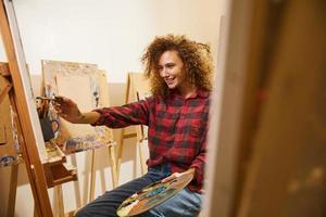 artista pintando no estúdio foto