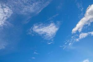céu azul com nuvens brancas foto