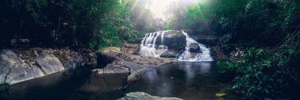 rio no parque nacional da cachoeira khao chamao