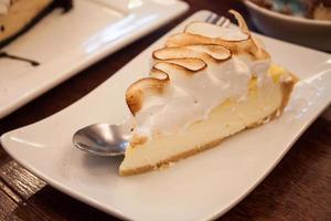 pedaço de bolo em um prato branco foto