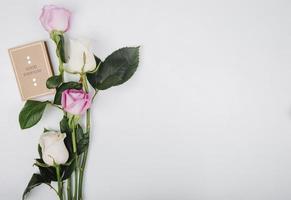 rosas cor de rosa e brancas e um cartão com espaço de cópia
