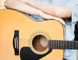 pessoa com uma guitarra