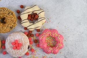 donuts decorativos em fundo cinza