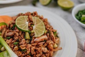 prato de larvas de porco com ingredientes foto