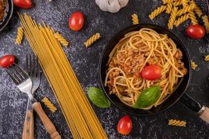macarrão espaguete com tomate e manjericão