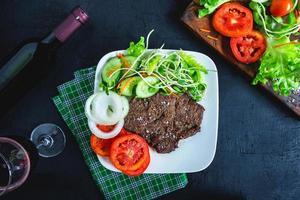bife grelhado e vegetais no prato