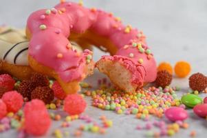 donut de morango uma vez mordido