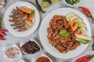 salada de fígado de porco com acompanhamentos