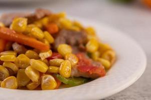 prato de porco com cenoura e milho foto
