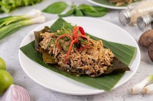 brotos de bambu thai mok em folha de bananeira foto