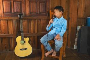 menino com um microfone foto