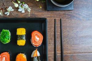 close-up de um prato de sushi