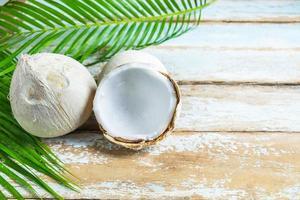 cocos em uma mesa de madeira foto