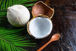 cocos em uma mesa de madeira escura foto