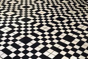 piso de ladrilho preto e branco estilo retro