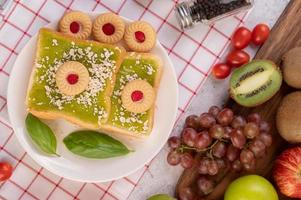 pão coberto com creme pandan e recheado com sobremesa foto
