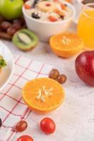 frutas fatiadas e suco