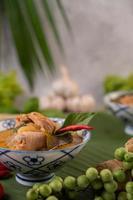 curry de frango com sopa de cabaça de cera foto