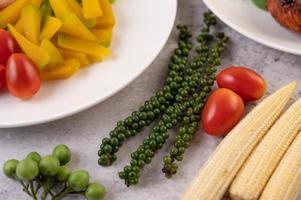 pimenta fresca, milho bebê, abóbora e tomate