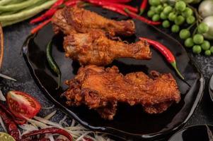 pedaços de frango frito com vegetais foto