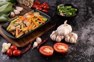 Refogue legumes com barriga de porco foto