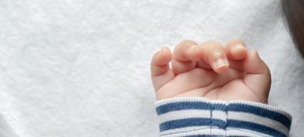 mão de um bebê recém-nascido