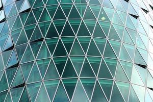 arranha-céu com janelas triangulares