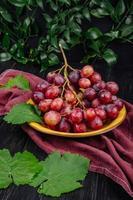 uvas vermelhas em uma tigela de madeira