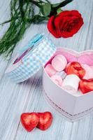 caixa de presente em forma de coração com uma rosa