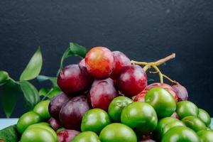 fruta vermelha e verde