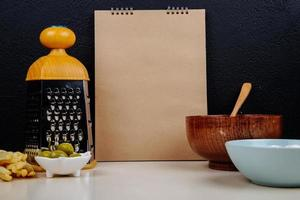 notebook com acessórios de cozinha