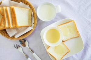 vista superior de pão e leite foto
