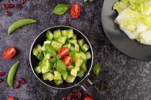 pepino com tomate e feijão em uma frigideira