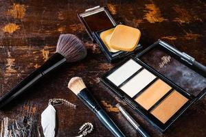 sombra e pincéis de maquiagem