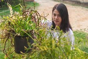 mulher regando plantas lá fora foto