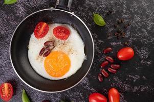 ovo frito em uma frigideira com feijão vermelho foto