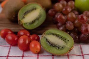 kiwi, uvas, maçãs, cenouras