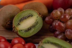 kiwi, uvas, maçãs e cenouras