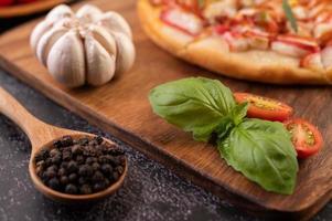 close-up de sementes de pimenta e pizza foto