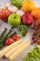 maçãs, laranjas, brócolis, milho bebê, uvas e tomates