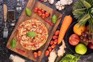 vista de cima de pizza caseira em uma tábua foto