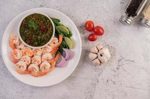 camarões cozidos com molho foto
