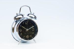 despertador preto isolado em um fundo branco foto