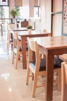 mesas e cadeiras de madeira foto