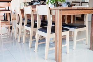 cadeiras de madeira com mesa foto